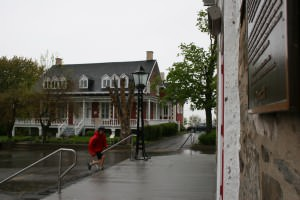 Jean-Cristoph qui court sous la pluie.