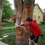Louis-Philippe près d'une arbre sculpté à Kamouraska